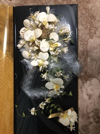 造花のしみ抜き方法ありますか??  今度結婚式の前撮りを控えています。 先日実家に帰った際、母から私達が結婚式の時に使ったブーケがあるよと見せてくれました。 かわいい胡蝶蘭のブーケ なのですが、 母の結婚式後自宅保管してあり、 久しぶりに箱を開けると無数のシミや、 経年劣化からくるであろう黄ばみもありました。 母や父が大事にしていたものなので、 できることなら使いたいなぁと...