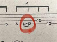 ベース TAB譜についてです この赤マルの記号はどう弾いたらいいのでしょうか  また、全く別の質問ですが、ゴーストノートとグリッサンドを同時に弾くことはありますか?
