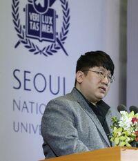K-POPだよ  パン・シヒョクって嫌われているんですか?  韓国では…  パク・ジニョンは愛されて  パン・シヒョクは豚になった こう思われているみたいです  パン・シヒョクが豚だと言われているのはどうしてですか?