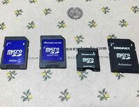 SDカードの種類について DELLのパソコンでSDカードのデータを見ようとしています。 1番右の物は認識するのですが、 左の青いSDカードはどれも認識しません。 右から2番目の物はサイズが違うため、専用の変換器が...