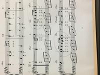 ピアノの指番号について質問です。 ホ長調の曲ですが、黒丸がしてある2箇所の重音の所を滑らかに弾くには、どの指番号にしたらよいでしょうか? 知識、技術共に無く悩んでいます。 よろしく お願いします。