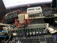 UADから販売されている「apollo solo USB」についてです。 UADプラグインを使用しての録音がしてみたいと思い、機材類には無知ながらも先日購入させていただいたのですが、どうにも小さなノイズが乗り続けているように感じます。  マイク→マイクプリ→コンプ→EQ→エフェクタ(VT-4)→apollo→Rubix24→ipad  といった形で録音したいのですが、音量を上げるとノイズが強...