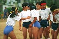 女子体育の服装は以前はパンツだったのですか? 男子は普通のズボンですよね。女子は男子のようにズボンをはいてはいけないのですか? どうして、女子はズボンをはかないのかなあ? パンツで太もも、オシリをだして、いやではなかったですか?