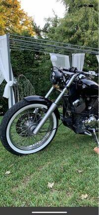 下記バイク写真の【ヘッドライト】探しています。 バイク車種は、ドラッグスターです。 よろしくお願いします!