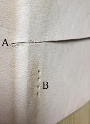 レザークラフトで革の耐久度や強度の低下についての質問です  レザークラフトで A:曲面に渡る切れ込み B平面に菱目打ち では、AとBでどちらがより大きく革の耐久度が低下するのでしょうか?