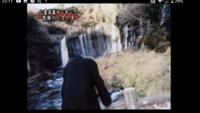 閲覧注意です 先程YouTubeで心霊写真見てたら、怖すぎて叫びました。この心霊写真は危険ですか?首から上がありません。滝の前です
