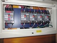電気について  下記の写真で配線用遮断器の二次側ですが、絶縁物で被覆していますがネジの部分は電気を通しますか?ここを触ると感電する?