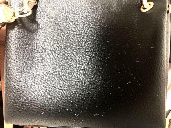 合成の革の鞄をアルコールで拭いてしまい、色落ちしました。箇所が小さかったので、そのまま持ち歩いていたのですが、雨の日にその鞄を持ち歩いたら、雨の水滴がそのまま色落ちになりました。(画像参照) 上...