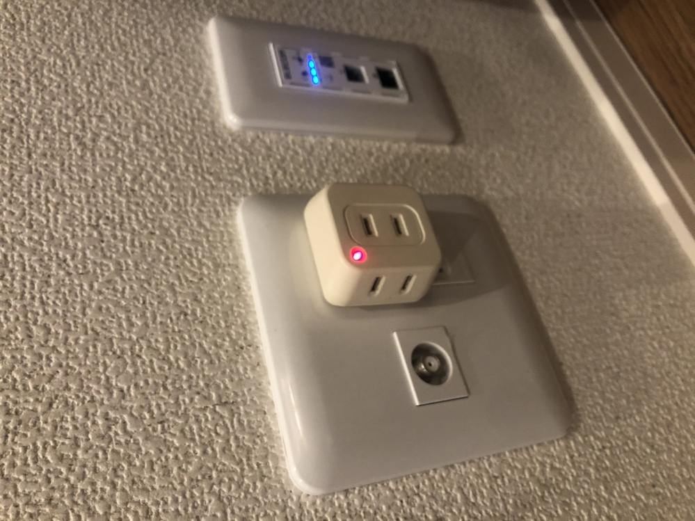 今日新しいアパートに引っ越したのですが、引越し先の部屋に備え付けのコンセントがあり、そのコンセントに赤いランプが付いています。 プラグに差し込むと赤く光るのですがこれは盗聴器の可能性ありますか?