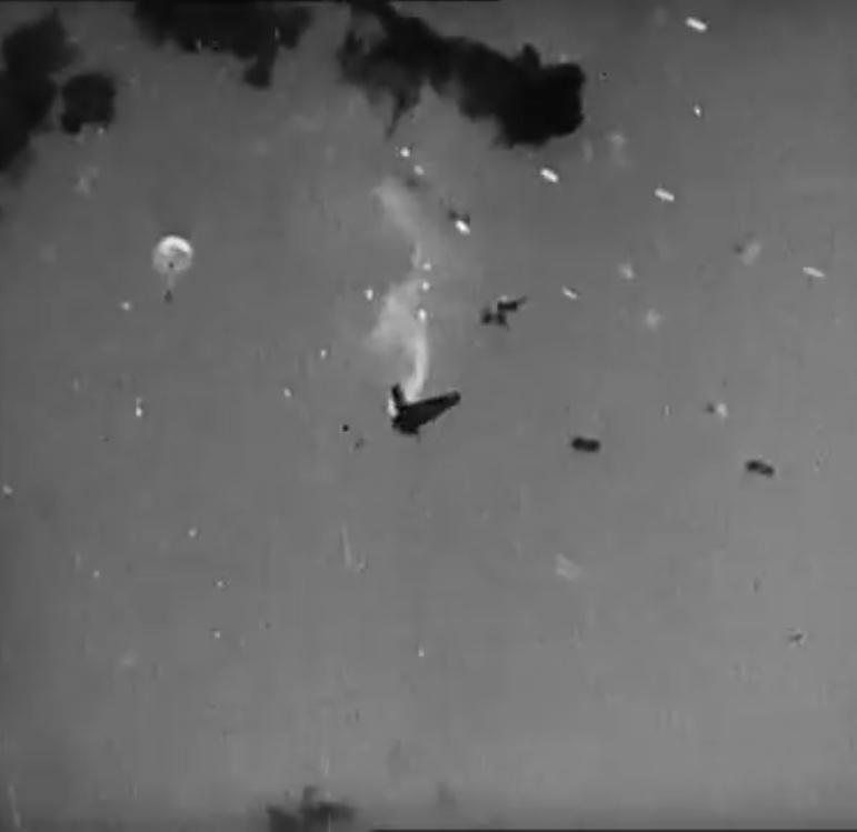 米艦隊に撃墜された特攻機ですが、左上にパラシュートで降下しているのが写っています。彼は助かったのでしょうか? かなり有名な映像なので、皆さんも恐らく御存知だと思います。