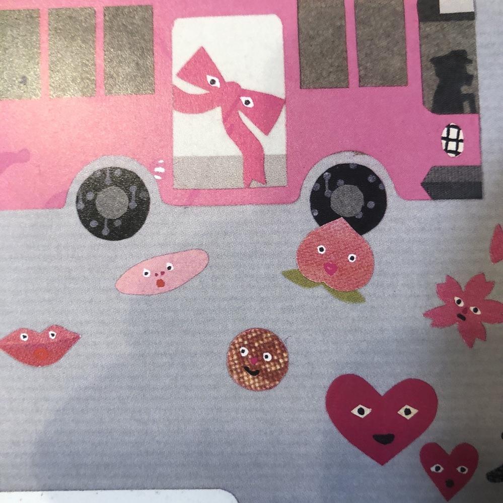 tupera tupera作の絵本「いろいろバス」 にでてくる、このピンクの物体が何かわかる方いらっしゃいませんか? 桃の左にある細長のやつです。 読み聞かせすると子どもがいつも何か聞いてきます...