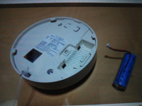 火災報知器(パナソニックSH18455)の電池交換方法をご教示願います。 リチウム電池のようですがヤマダ電機などで購入できますか。 器具ごと交換してしまったほうがよいですか。