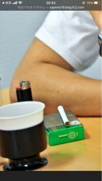 この写真の緑の箱のタバコの銘柄って何か分かりますか?