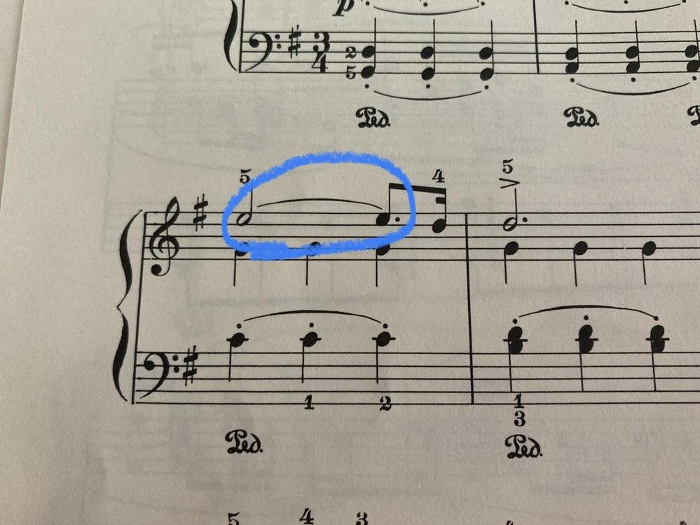 G.F.Handel のラルゴのピアノの弾き方についての質問です。 画像の青丸の部分ですが、これはタイではないのでしょうか? YOUTUBEなどで聴いていると、みなさん右手は ミ ミ レ と弾い...