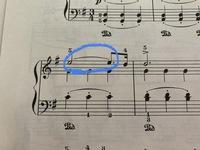 G.F.Handel のラルゴのピアノの弾き方についての質問です。 画像の青丸の部分ですが、これはタイではないのでしょうか? YOUTUBEなどで聴いていると、みなさん右手は ミ ミ レ と弾いているように聞こえます。 ...