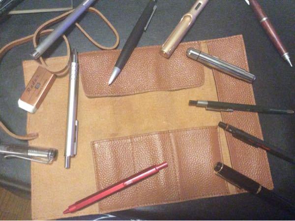 ステッドラーのレザーペンケースにペンを入れる時どうしても汚くなってしまいます! 綺麗な形になるような入れ方はありますか? 例えば細軸なペンを内側に入れるとかこのポケットには〇〇本入れるなどなど...