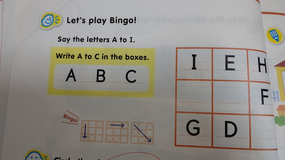 子供の英語の宿題。わかる方教えて下さい❗️ ABCをボックスの中に書くんですよね? それで、なんで、ビンゴになるのか意味がわかりません(笑)