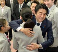 以前、安倍前首相は、浅田真央さんに軽くハグしましたね。こんなことをすると、日本中の男性を敵に回しませんか? 何と言っても、国民的ヒロインですから。
