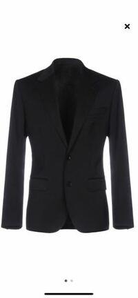 テーラードジャケットについて質問です。 21歳男です。  これは、商品説明では、テーラードジャケットと書かれていて、 バージンウール90%、残りはポリエステル等を使用したジャケットです。 色はブラックです。 ...