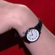 写真の腕時計のメーカー(ブランド)は分かりますか? ブラックのベルトに白い文字盤でとてもシンプルなフェイスで、限りなくCASIOにも見えるのですが、ちょっとベルトのところが違うかなぁ?という感じで探しております。 文字盤が大きめなので、メンズかもしれません。 ベルトがちょっと細くなっていっているので、レディースの可能性も。 詳しい方のお知恵を拝借したく。