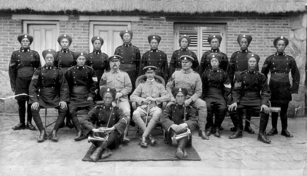 英军的华勇营原是驻守威海衛英国租界的当地华人雇佣军。该部队之筹划始于1898年,1899年正式成军。 因英国部队军饷高,服役的华勇便有了自豪感,与一般清兵不可同日而语。因此在社会上产生吸引力,本...