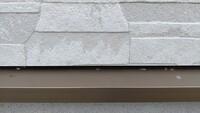 外壁にある、屋根からの雨を受ける場所(?)に松ヤニらしき物がベタベタと付いています。 最初は、屋根の方から落ちた物かと思っていましたが、日に日に増え、屋根からの角度だと付けないような場所にもついていた...