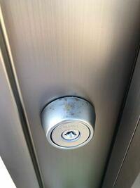 新築注文住宅を建てて先々週引き渡しを受けました。 勝手口の鍵穴の上が写真の様にもう錆びてきています。これは仕方がない事ですか?気にしすぎですかね?