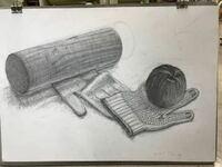 高3受験生です。 デッサンの評価をお願いします。5時間で描きました。 モチーフは円柱の木と軍手とりんごです。 志望校は富山大学文化芸術学部です。