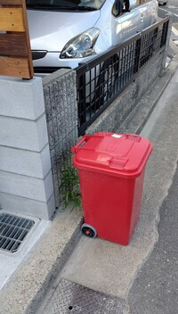 最近、非常識なお隣さんが新築を建てました。 写真で車が写ってる側が私の家であり、赤いゴミ箱を置いてる側がお隣さんです。 写真では見えませんが赤いゴミ箱の前は白線が引いてあり所謂歩道になります。 特に挨...