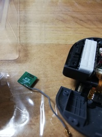 Switchのジョイコンの修理をしていたのですが、 修理ができて操作確認をしたんですが右側のジョイコンが動かなくて一度開けてみたんですがこんなものが外れてました(写真)どこにつけ直せばよいのかわかりません どなたか教えて下さい