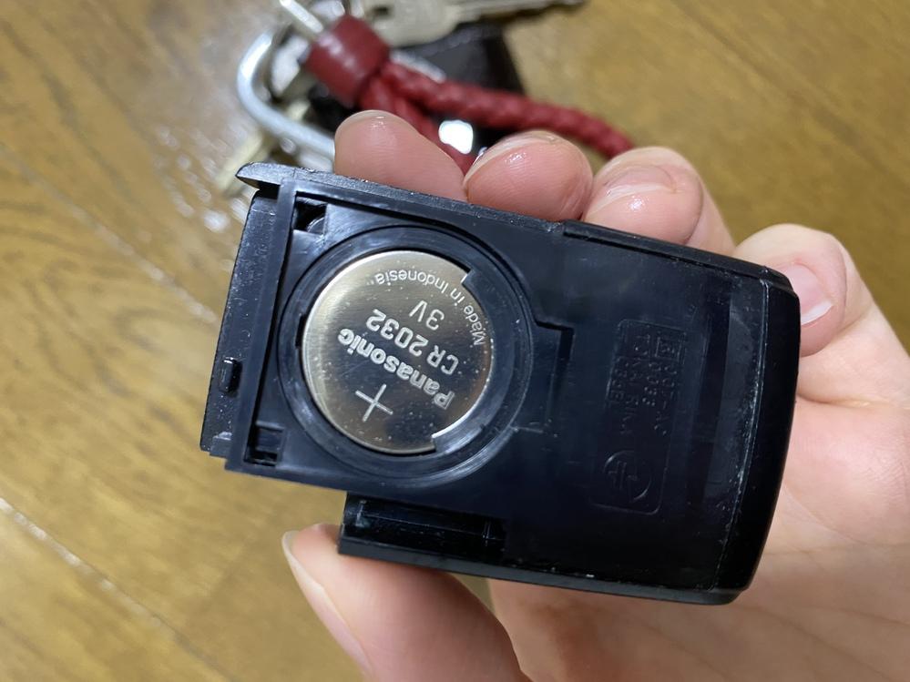 ダイハツ ココアの電子キーの 電池取り替え方わかる方教えて欲しいです。