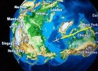 方位磁石を持って、北極点上空を飛ぶ飛行機に乗ったら、北極点上空を通過した時に、北を指し示す針はクルッと反転するんでしょうか。 下の画像は、ニューヨークから香港行きの便に搭乗中、北極点付近を通過中に、...