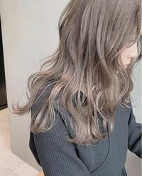 髪色をこのようなミルクティーベージュにしたいのですが色落ちは早いですか? 以前アッシュグレーにしたことがあるのですが2日ほどでグレーが抜けてただの金髪になってしまったことがあるのでミルクティー色はどうなのでしょうか。 ブリーチは一回で頼んでみようと思っています。