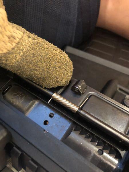 ダストカバーが閉まらないんですが、原因が中にあるボルトとの干渉で、チャーハン引いてる時は普通に閉まるんですよね。 指さしてる部分削るしかないですよね? we(ra-tech)製です。