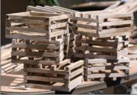 木材や流木を組み合わせてこういったカゴを作りたいのですが、釘やネジでは割れてしまって上手くいかないと思います。グルーガンで接着できますでしょうか? タッカ?はありません。  蘭類を植えるカゴです。