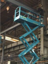 作業場にシザース式高所作業車が入って工事をする事になりました。 工事内容はクレーン架台設置 工場内なので床はコンクリートです  5m横で高さ7mで作業が始まりました 鉄骨をクレーンで移動し、シザース式高所作業車で作業員がボルト固定していきます  ・架台設置工事から5mは安全とは確信できなかった ・高所作業車上の手摺に足をかけて鉄骨固定している事 ・安全帯を使用していなかった事 以上から安全確...
