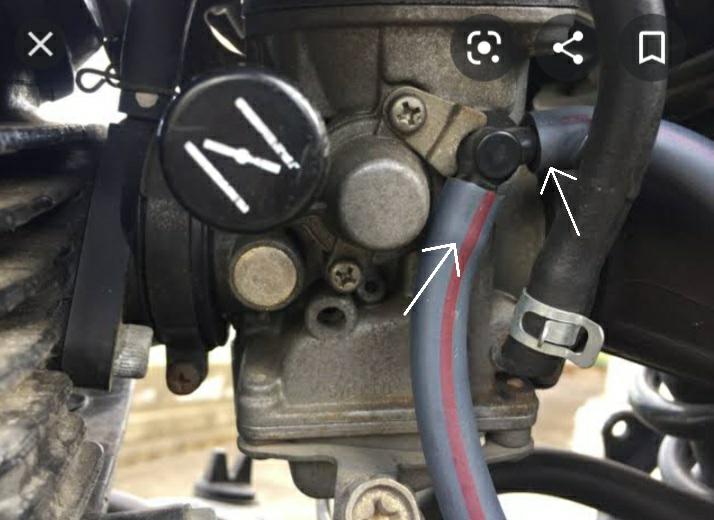 バイクのキャブレターのこの二本のホースはなんですか? この画像だとホースがついていますが自分のバイクだとこのホースがついていません その状態は大丈夫なのでしょうか?