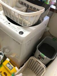 ドラム式洗濯機を12年使ってましたが、故障二回、最後に水漏れして新品購入したんですが、ドラム式洗濯機は上がフラットだから、タオルの篭が置けました が、今回は、全自動洗濯機なのでタオルの篭 置き場に困りまし た。同じような環境の方、どうされてますか? 補足させて頂きます、汚い画像すみません。