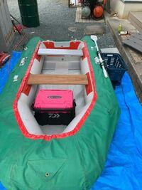 2馬力ボートについて 今度海に2馬力ボートで行こうと思います。 今までダムでボートを使ってましたが、今写真のボートの周りの緑のカバーは外して行ったほうがいいですか? どの動画をみてもつけてる人はいません...
