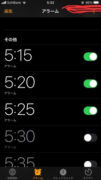 iPhoneSE2 を使っています  ios 14にアップデート済みです 目覚ましセットして 前までは赤い印のところに時計マーク出てましたが、アップデートしてから無くなりました…  どうやったら表示されるようになるか...