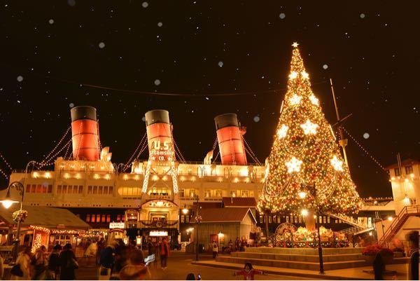 今年のディズニーシーのクリスマスはコロンビア号の前の大きなクリスマスツリーは飾られますか?