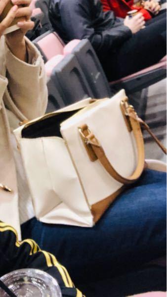 このバッグのブランドがわかる方いらっしゃいますでしょうか? イオン系のショッピングモールに入ってる場所で購入したことは覚えているのですがブランドが分からなく困っております。 値段は1万もしないぐ...