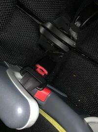 シートベルトが取れなくなりました。 ワゴンR後部座席のシートベルトで、 赤い部分も一緒に中に入ってしまっていて取れないのですが何かいい方法はありますか? もうすぐ廃車予定ですがジュニアシートが外せない...