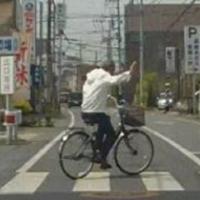 交通事故、交通違反などにお詳しい方へお伺いをいたします。 ・ 信号機のない横断歩道で、時速30キロほどで走行をしていた空車のタクシーが自転車を跳ねました。 ・ 自転車に乗った男性は救急車で病院に運ばれ、陥没骨折で入院となりました。 ・ ここで質問です。  このような場合、タクシーの乗務員の免許証には最低でも何点の点数が加算されるのでしょうか。