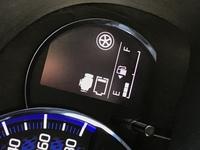 車のメーター、エンジンマークの下の電池残量のようなもの  上の通りなのですが、 画像を見ていただくとメーターの右に電池残量のようなものが表示されています。 画像では1つですが、昨日は2つありました。 なんのマークなのでしょうか・・?