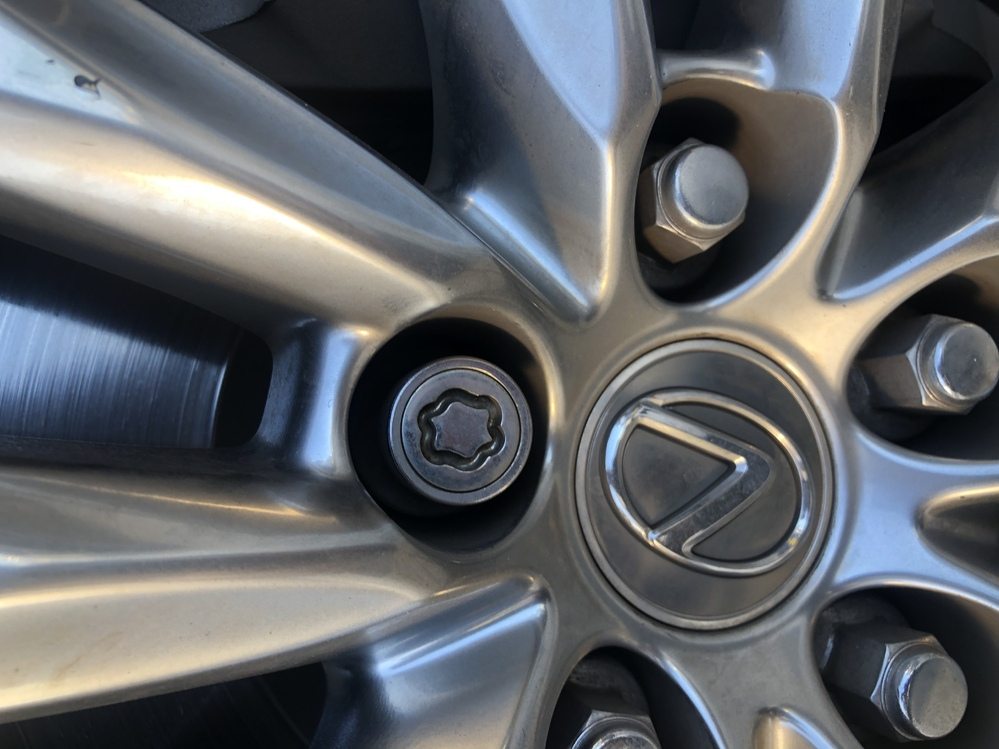 レクサスの盗難防止ナットについてなのですが アダプター?をなくしてしまいタイヤ交換が出来ず困っ...