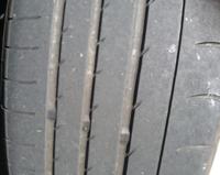 タイヤの内側(写真左側)が 磨耗するの早い理由はなんでしょうか?  もしくは内側が先に磨耗するのは普通の事ですか?  ちなみに車はFRのクーペです。 サーキット走行はしていません。