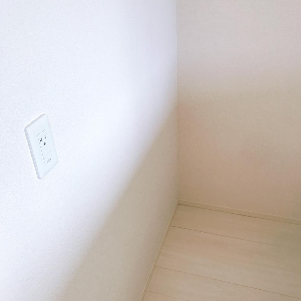 リビングと寝室のカーテンの色で 悩んでいます。 リビング 床は明るめのベージュ? 壁は白、ソファーはブラウン、 テーブルはライトブラウン、 座面はライトグレーです。 寝室 同じく床は明るめの...