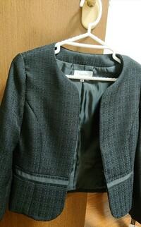 アラサーの女です。 パートの面接の時や少しかしこまった時に着るために黒のジャケットを購入したのですが、 喪服っぽく見えるような気がしたので質問させていただきました。 画像つけます。 このジャケットに、...