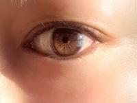この瞳の色は何色ですか?
